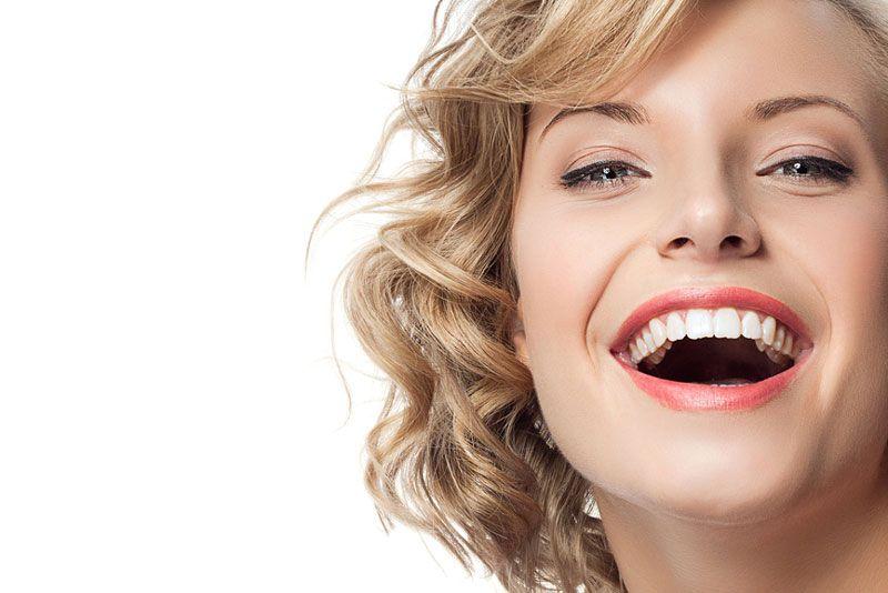 Strahlendes Lächeln dank Zahnfinanzierung