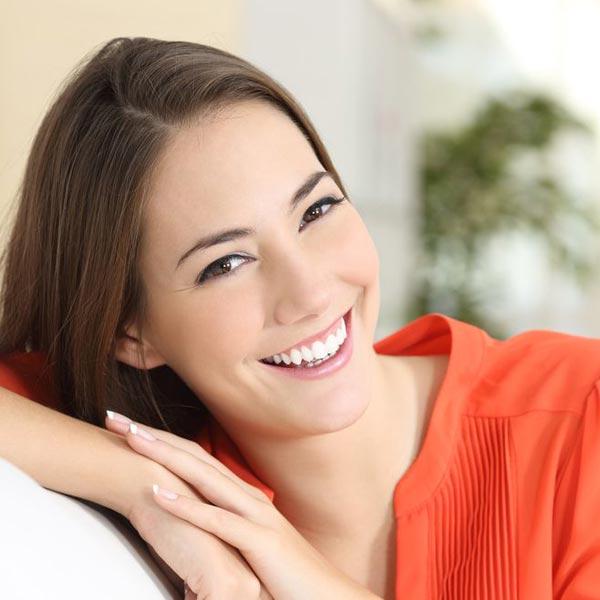 Ein Zahnbleaching kann Ihre Zähne um 2 Stufen heller machen