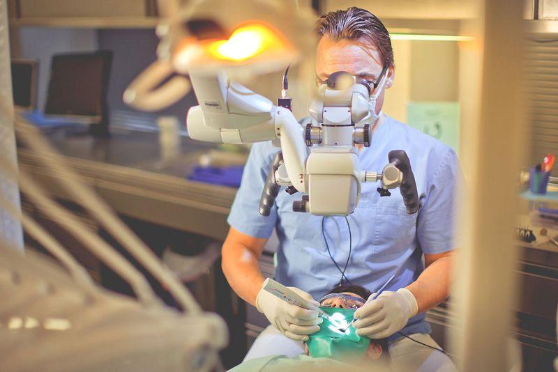 Wurzelkanalbehandlung / Wurzelbehanldung unter dem OP-Mikroskop - In beiden Ordinationen in Wien